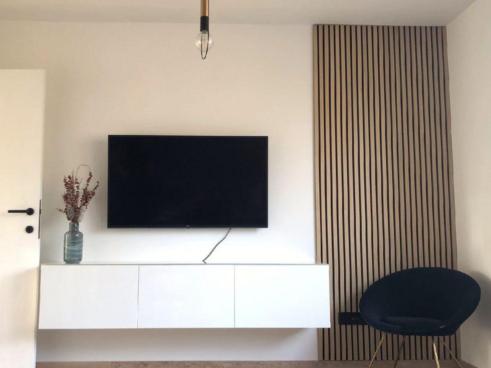část lamelové stěny za televizí