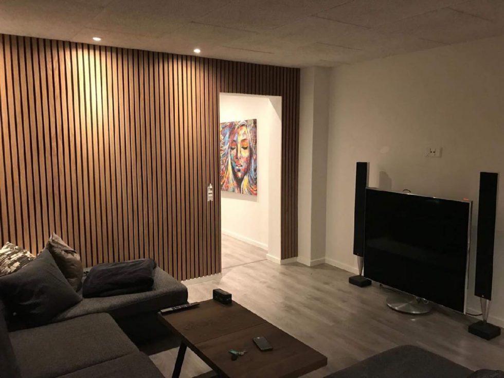 osvětlené lamelové akustické panely